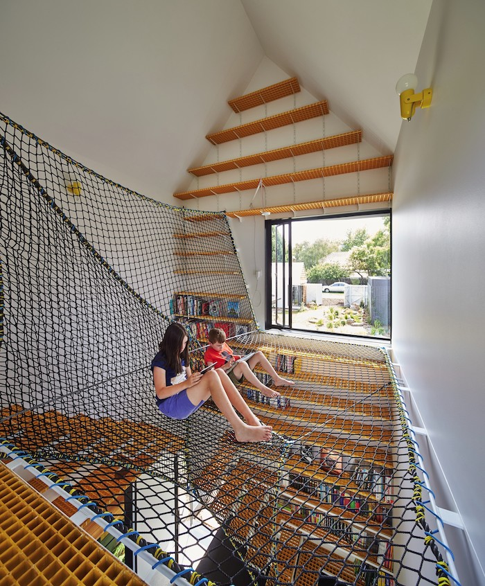 fantastique chambre de jeux avec endroit pour se reposer ou sauter amenagement salle de jeu meuble de rangement enfant