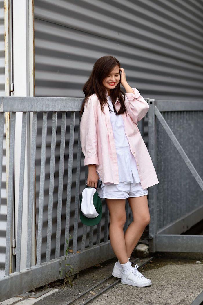 fille en chemise rose top et shorts blanc tenue avec basket idee vetement ado fille tenue rentree 2020 idée style swag fille ado
