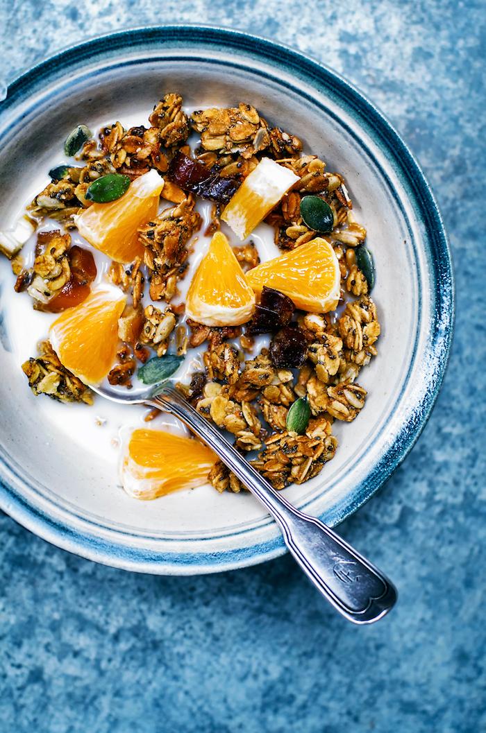 flocons d avoine graines de chia dattes et aitres graines variés avec du jus de citron et tranches de citron manger équilibré au petit dejeuner sain