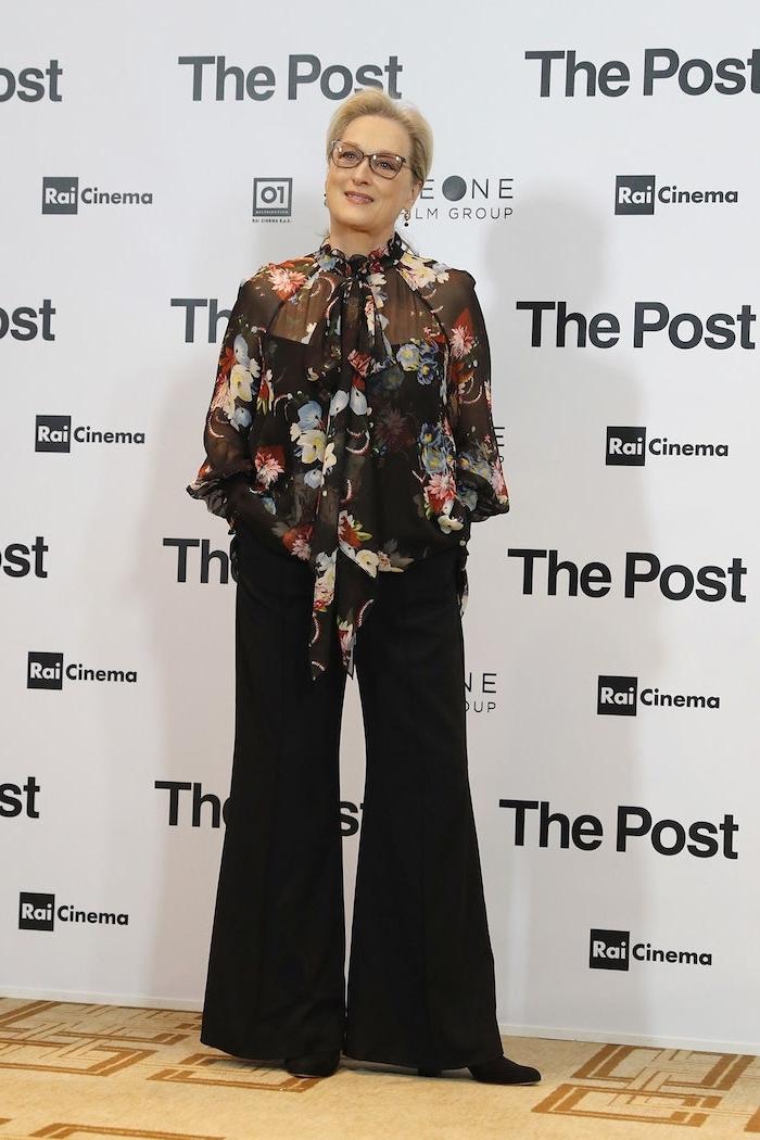 garde robe idéale femme 60 ans tenue avec pantalon noir et tunique fleurie couleur noire idée tenue a la mode elegante femme
