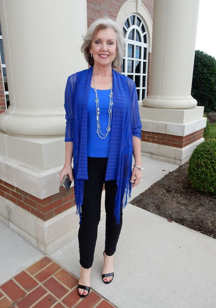 gilet style pohco bleu et tee shirt bleu pantalon noir collier look moderne femme 60 ans elegante garde robe idéale femme 60 ans