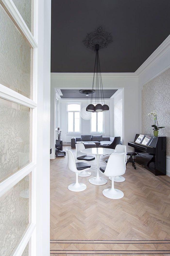 grande chambre table ronde blanche chaises canapé gris piano plafond decoratif comment associer le noir couleur mural lustre comme fleur
