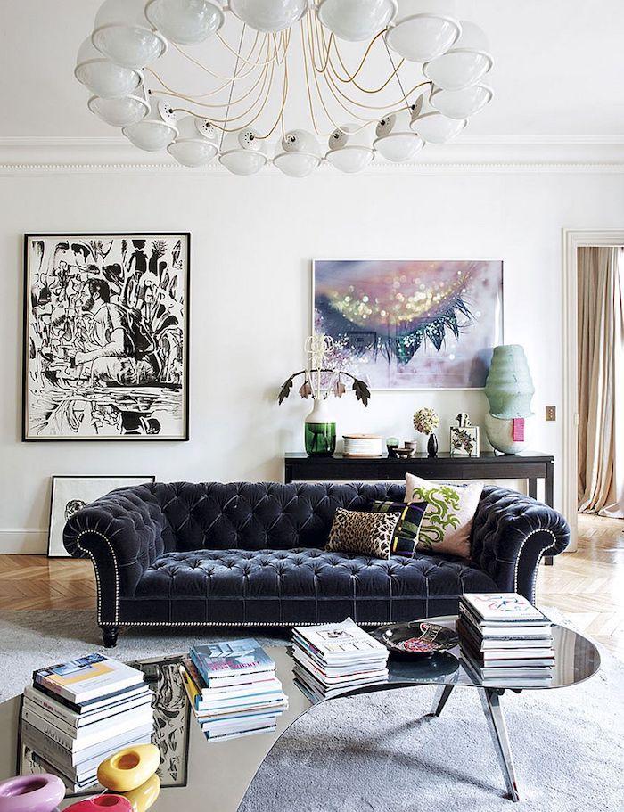 grande suspension originale canapé gris anthracite capitonné table basse aux coins arrondis parquet chevron tapis gris idée déco studio artistique