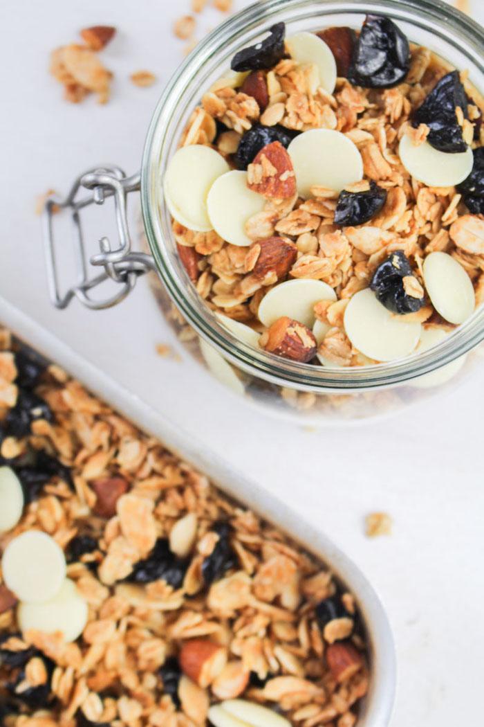 granola aux amandes fruits secs huile de coco sirop d erable avec des pepites de chocolat blanc faire son museli chez soi