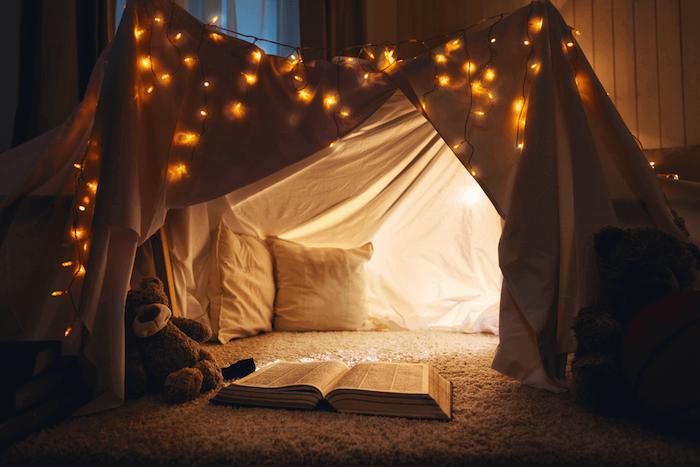 guirlande lumineuse pour le lit d enfant meuble de rangement enfant boite rangement ikea coin lecture