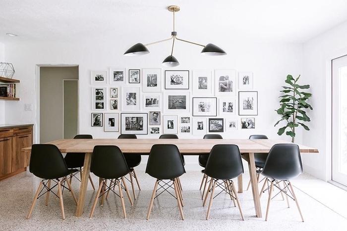 habiller un mur photos blanc et noir luminaire noire chaise noire pieds bois table à manger bois plante verte intérieur