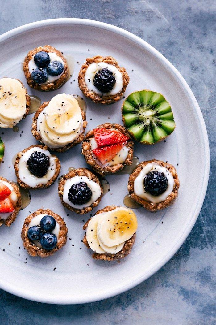 healthy tartelettes aux flocons d avoine graines de chia et noix de coco avec du yaourt siropd d erable et fruits variés