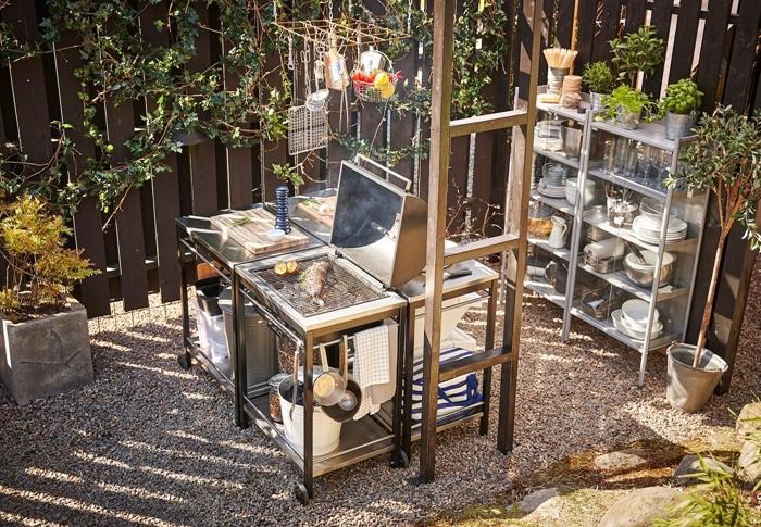 idée aménagement cuisine exterieure ikea déco cuisine petit espace jardin cour arrière clôture bois foncé meuble rangement métal ouvert