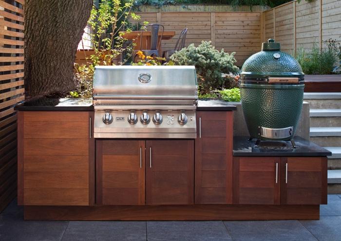 idée comment installer une petite cuisine exterieure en longueur avec meubles bas en bois foncé équipement cuisine inox