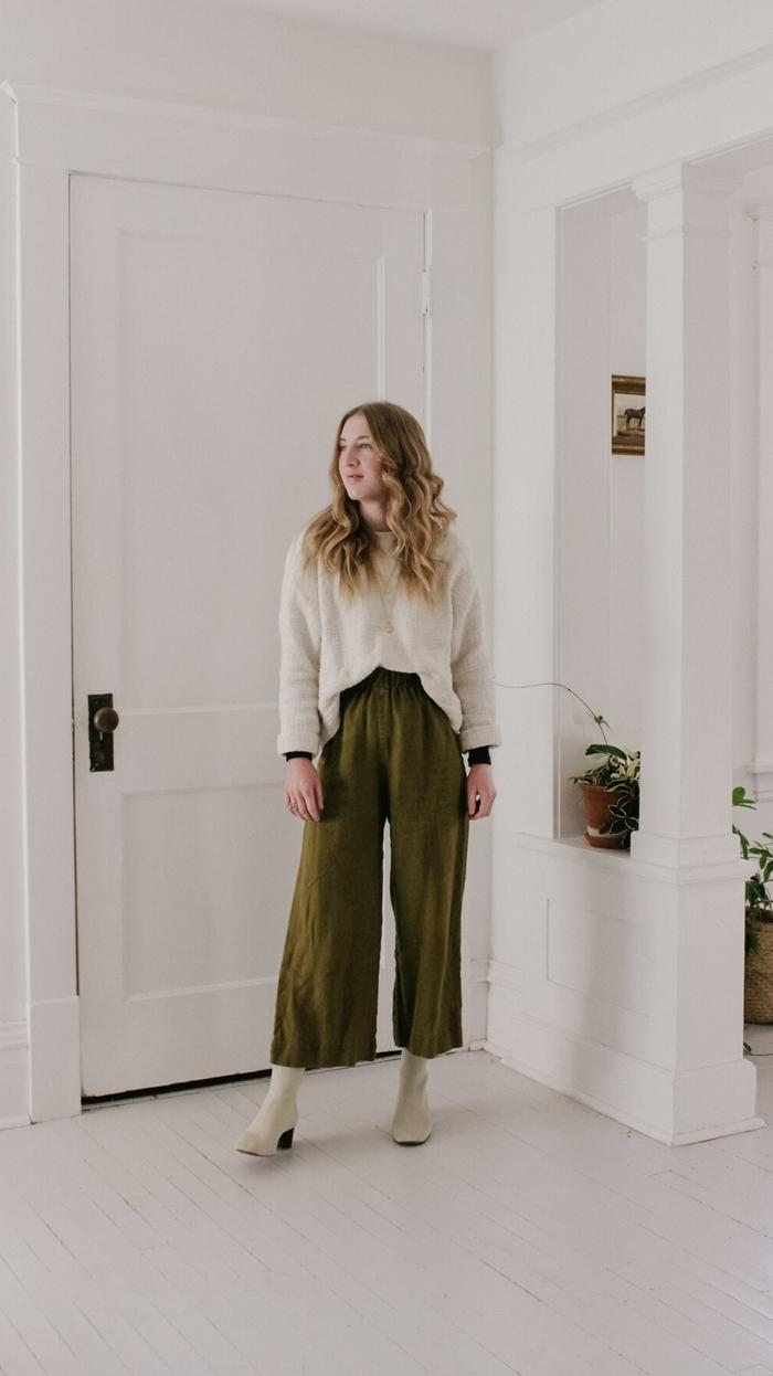 idée tenue femme couleurs automne pantalon fluide vert kaki pull blanc bottines cuir blanc comment assortir les couleurs de ses vêtements