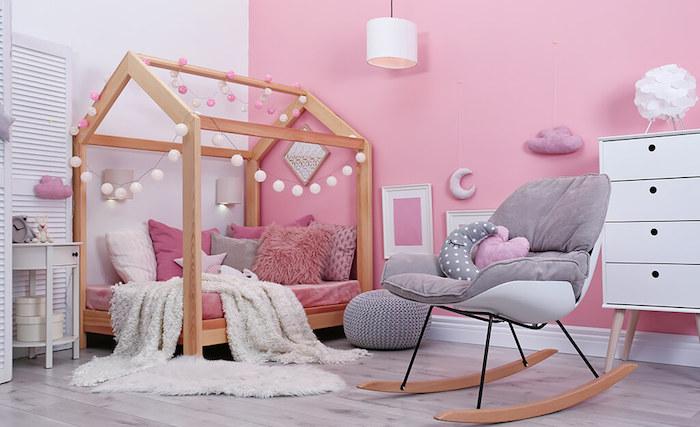idée chambre d enfant rose et blanc chaise balancoire boite rangement ikea déco salle de jeux intérieur placard rangement blanc