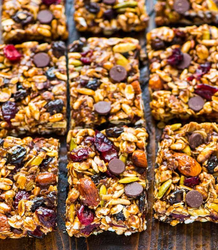 idée comment faire une barre protéinée maison avec beurre de cacahuete noix raisins secs graines pepites de chocolat petit dejeuner sain