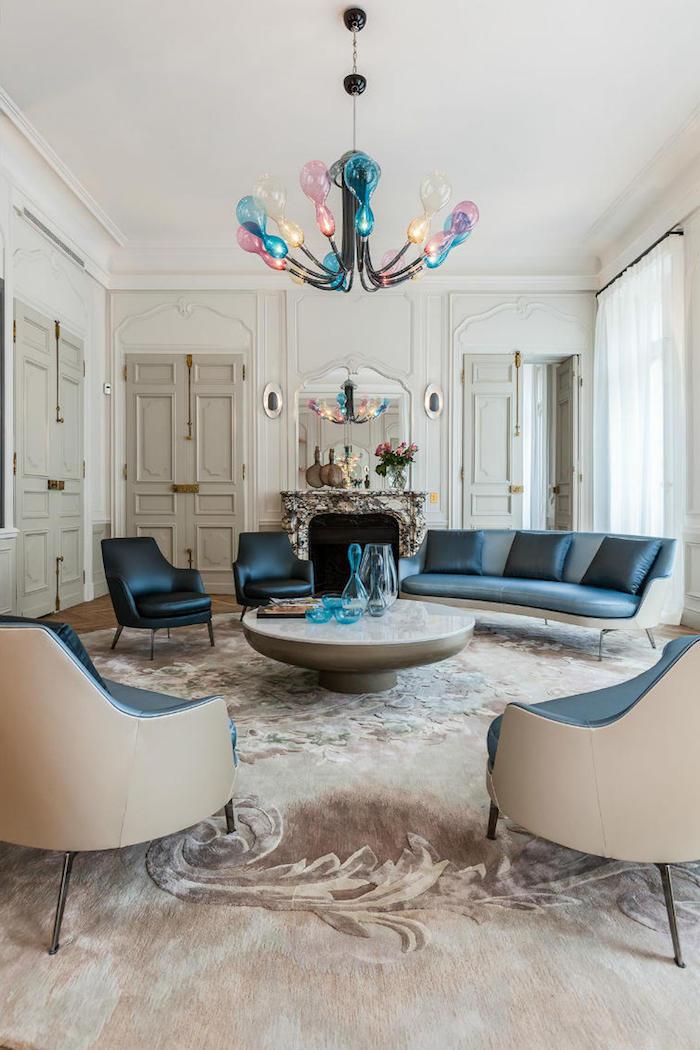 idée de lustre à lampions colorés transparents cheminée marbre tapis fleuri canapé et fauteuiils noirs et bleu fincé deco haussmannien