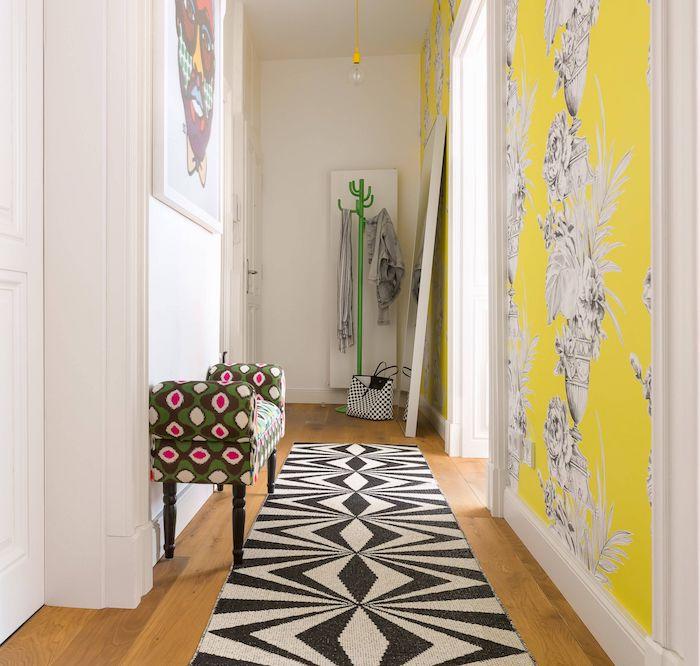 idée de papier peint pour couloir etroit et sombre tapis noir et blanc sur parquet bois clair et des murs blancs banc de couloir coloré