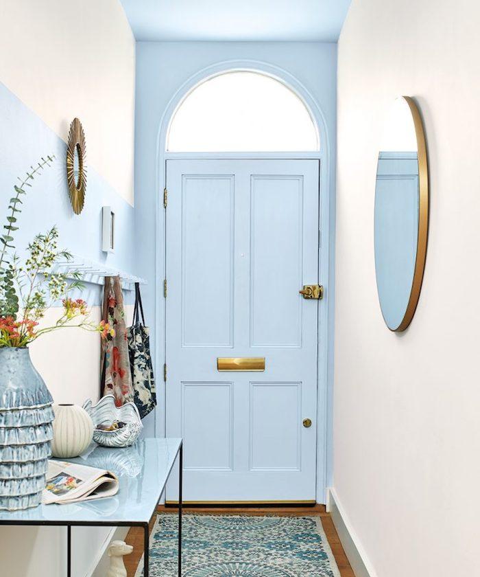 idée de porte et plafond couleur bleu ciel et tapis bleue et blanc idée de table entrée avec décoration de vase