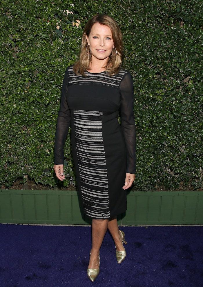 idée look femme 60 ans en robe noire à manches longues et chaussures couleur or idée tenue stylée femme