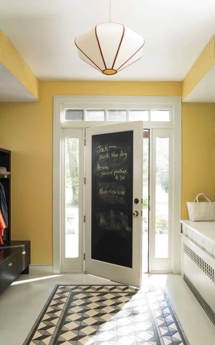 idée originale déco porte d entrée avec peinture tableau noir et pwinture couloir jaine motif carrelage geometrique imitation tapis