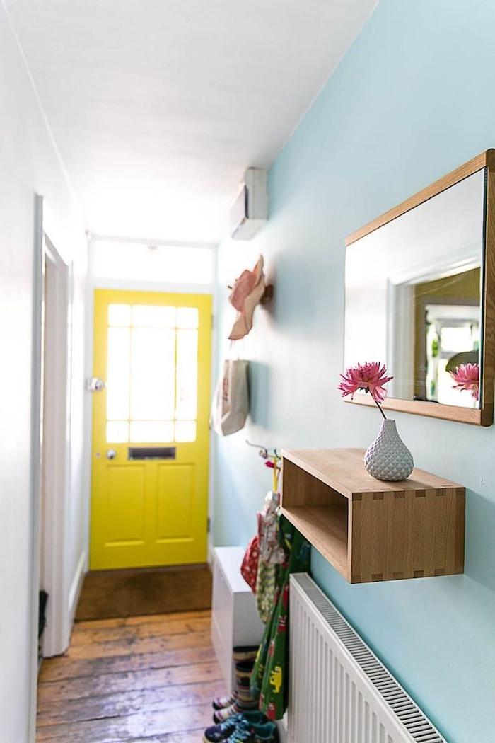 idée peinture colouir couleur bleu ciel et porte repeinte de jaune avec parquet bois foncé radiateurs blancs