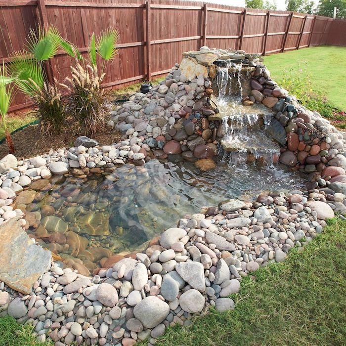 idee de petit bassin de jardin enterrée avec cascade et entouré de galets et autres pierres de l eau bassin claire deco jardin originale