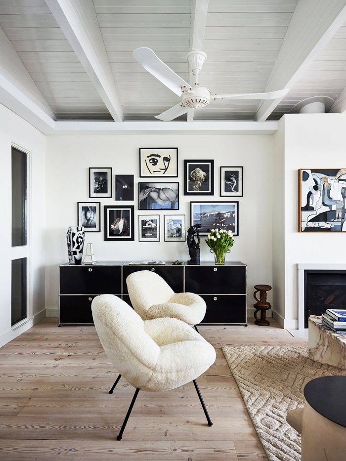 idee deco mur salon revêtement sol parquet chaise blanche pied métal noirci tapis beige motifs géométriques cheminée salon