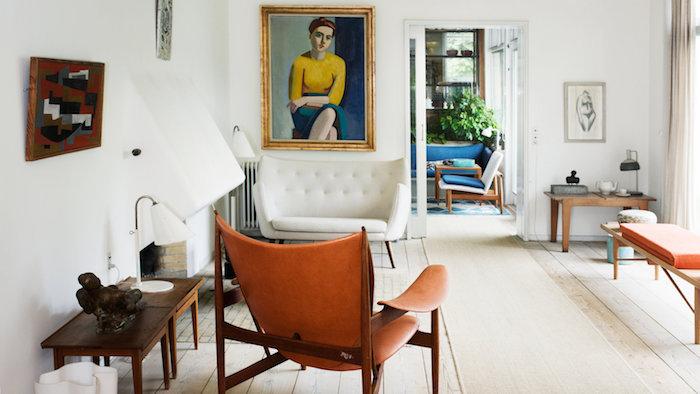 idee deco petit appartement artistique avec canapé blanc aux formes arrondies fauteuil bois et cuir table d angle bois et banc bois cheminée miniature parquet bois clair