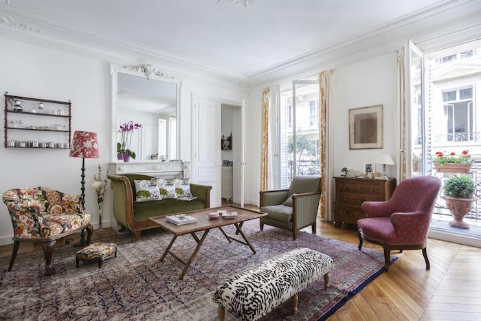 idee deco salon baroque canapé et fauteuils vintage tapis coloré vintage murs blancs mobilier vintage parquet bois clair
