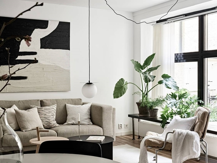 idee deco salon canapé beige lampe suspendue meuble salon table double plateau bois et noir chaise plaid blanc coussins