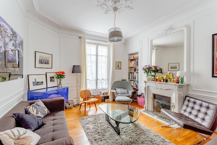 idee deco salon moderne aménagement petit appartement salon canapé gris table bass verre cheminée blanche commode bleu electriquebibliothèque niche murale
