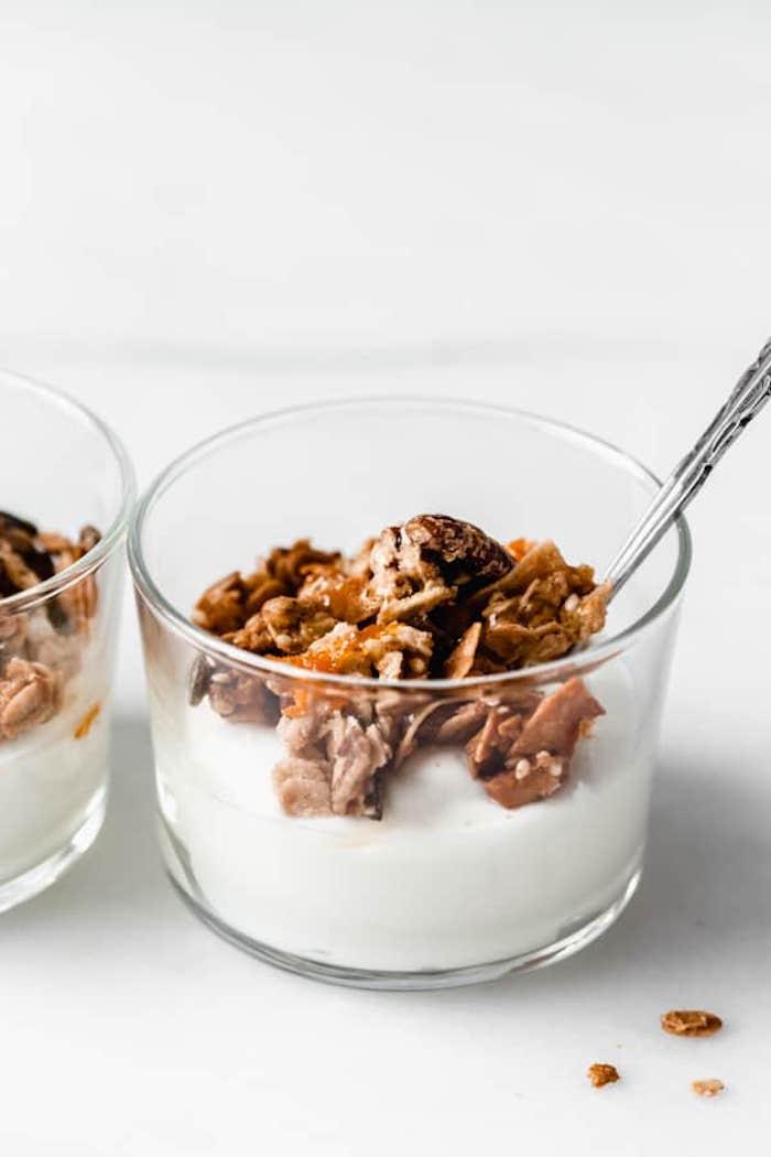 idee granola maison aux flocons d avoine riz soufflé graines de chia noix graines tahin0vardamon et organe granola maison sur yaourt grec