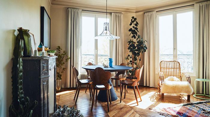 idees decoration interieur appartement parquet de chevrons table bleu et chaises bois vintage fauteil avec jeté confortable tapis coloré rideaux gris