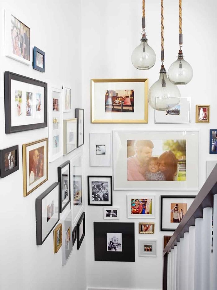 image pour cadre décoration couloir blanc escalier mur cadres noirs photos famille lampe suspendue verre design intérieur