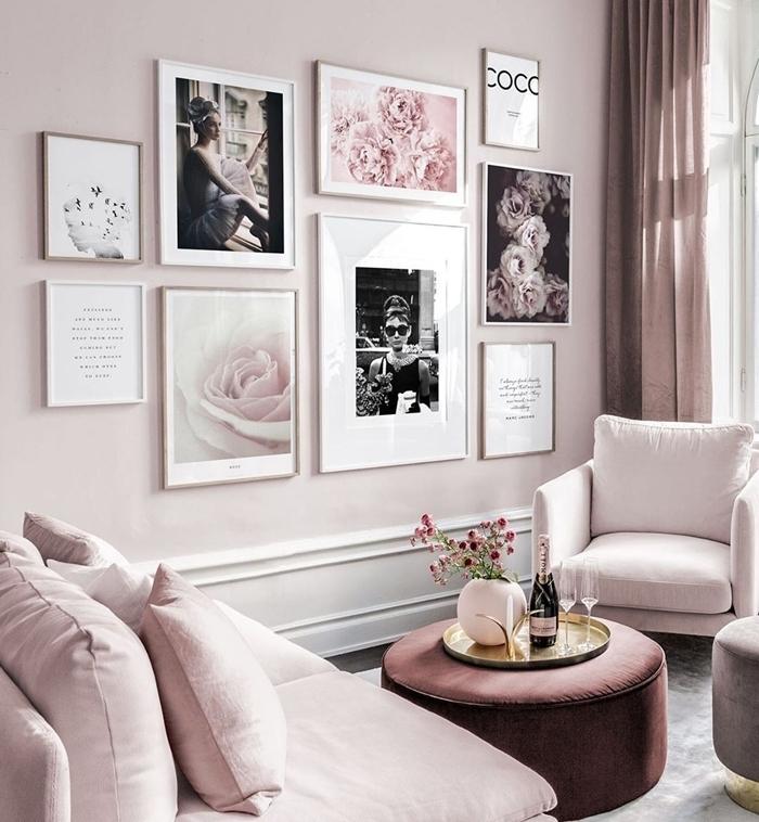 image pour cadre photo art mural salon rose pastel peinture murale tendance canapé rose pâle rideaux ottoman velours
