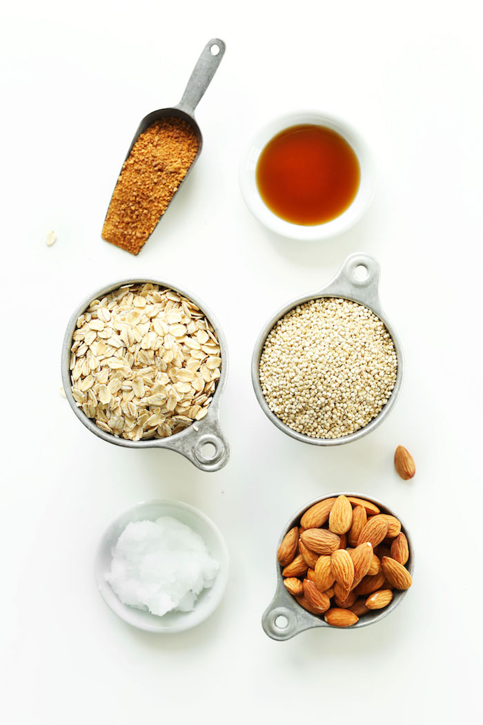 ingredients necessaires pour faire granola maison à base de flocons d avoine quinoa sucre et huile de coco sirop d érabple amandes