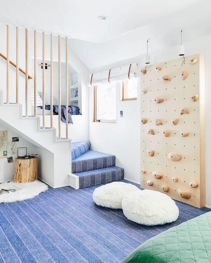 intérieur original déco salle de jeux rangement chambre fille inspiration bleu tapis escalier coin lecture dans le mur