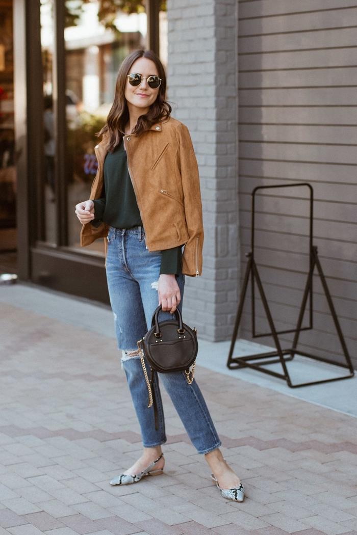 jeans déchirés femme blouse vert foncé veste camel mode automne hiver 2020 chaussures motifs serpent lunettes soleil