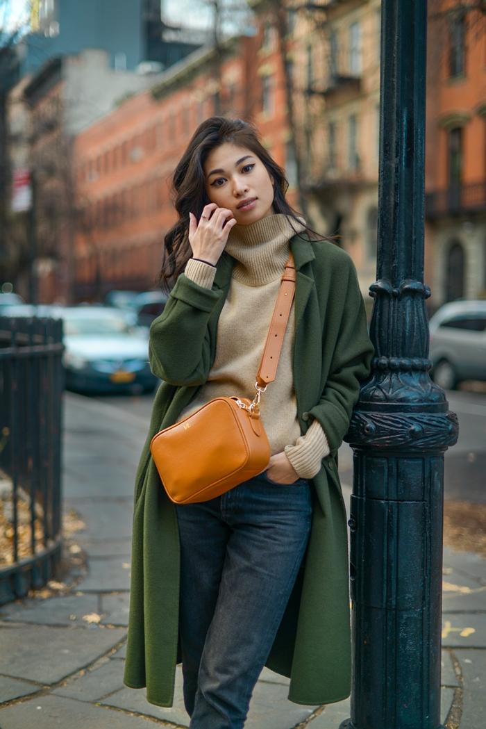 jeans femme pull oversize beige idée de style vestimentaire femme manteau long vert foncé sac bandoulière cuir camel
