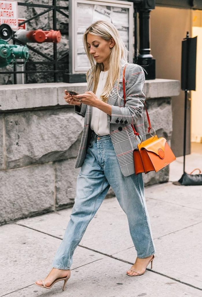 jeans oversize fluide pantalon denim femme chemise blanche bijoux or comment s habiller pour un entretien style casual smart
