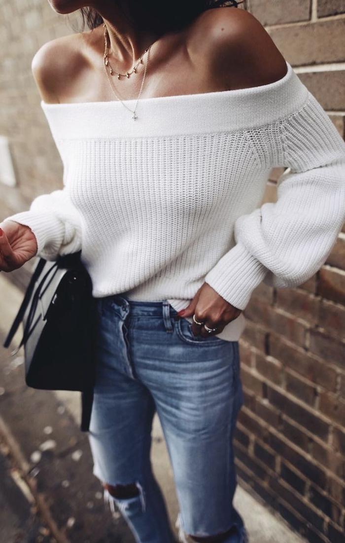 jeans troués femme pull blanc col bateau épaules dénudées collier or bagues bijoux mode automne 2020 femme sac à main noir