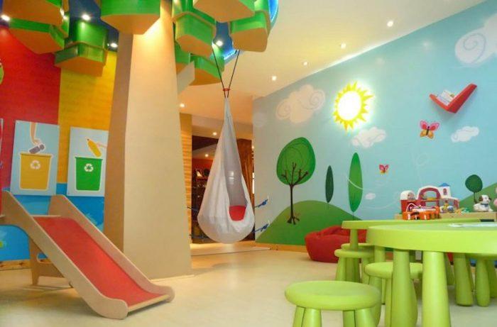 jouer librement dans la maison bien aménagée table et chaises enfant verts mur peinte comme dans une conte de fees