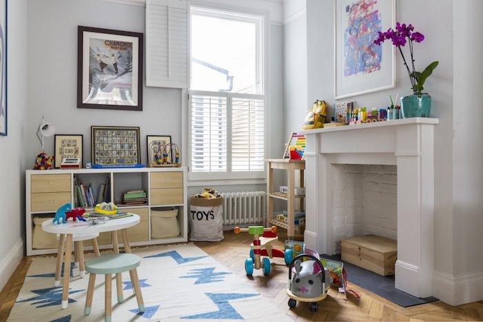jouer librement interieur calme meuble de rangement jouet salle de jeux enfant belle déco tapis blanc avec etoile bleu fleurs deco