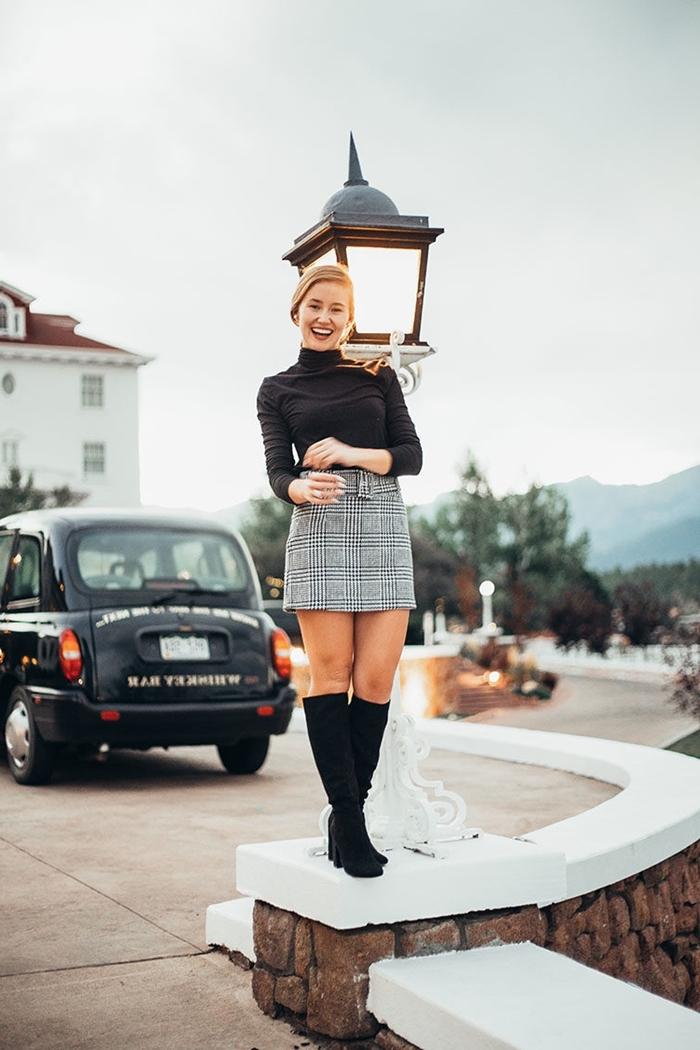 jupe courte motif tartan blouse noire bottines velours noirs longueur genoux jupe gris clair tenue gris et noir femme chic