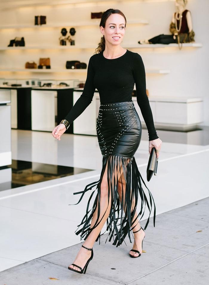 jupe cuir noir strass franges vêtements mode femme automne look total noir idee tenue soiree chic pochette bracelets