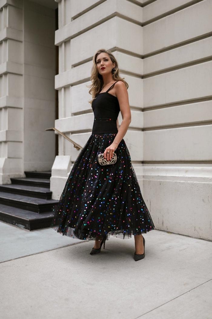 jupe noire tutu motifs galaxie robe pour les fetes top bretelles chaussures à talons gris anthracite pochette noir et argent