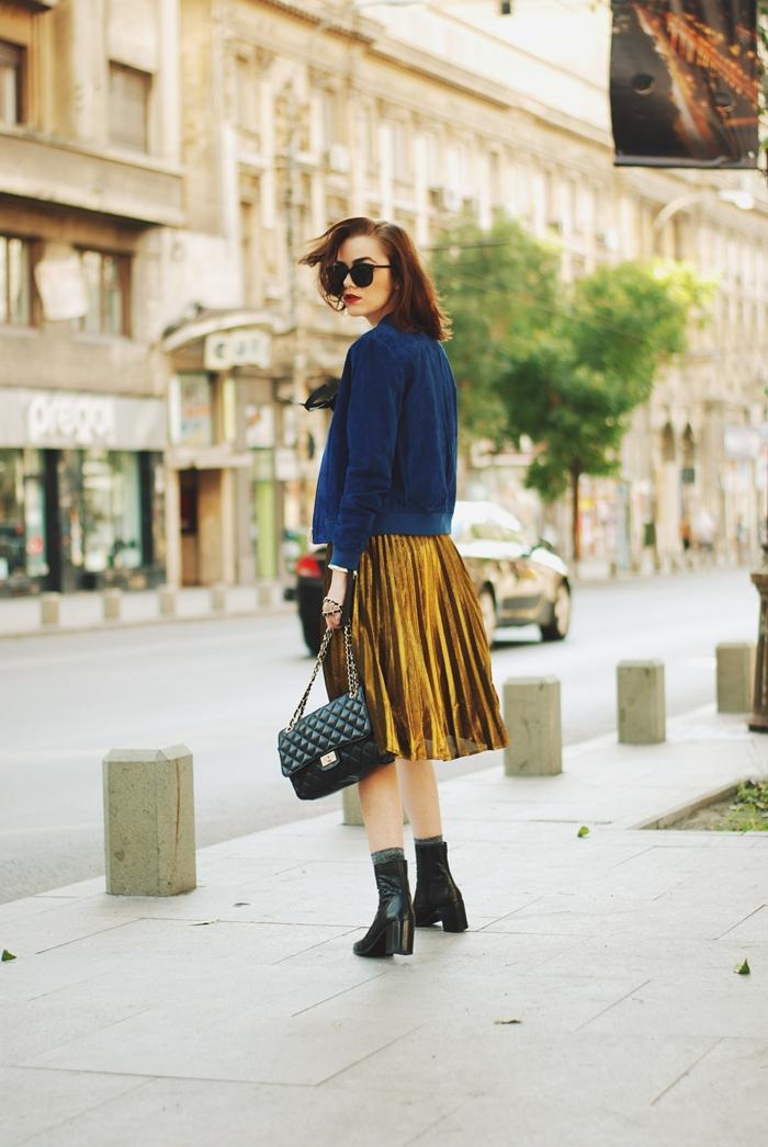 jupe plissée jaune bottes cuir noir mode femme 2020 lunettes de soleil sac bandoulière noir mock croc gilet bleu foncé