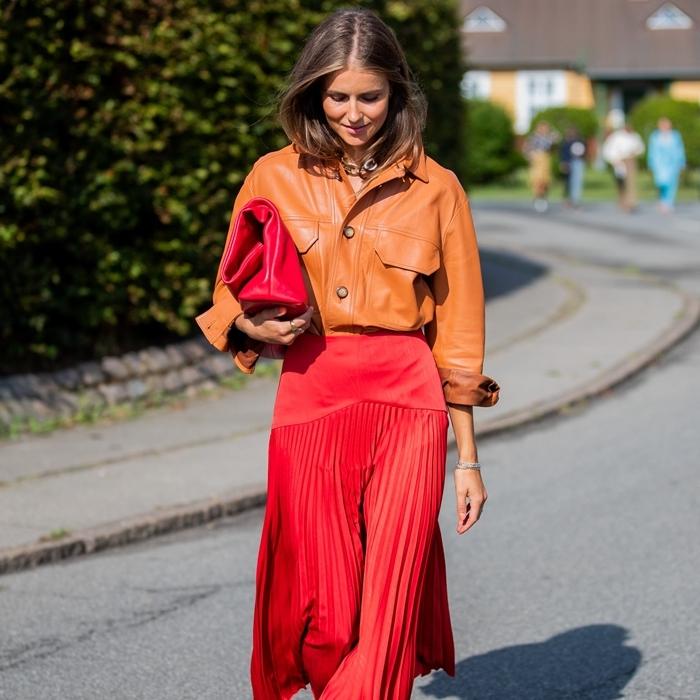 jupe plissée rouge tenue stylée femme chemise cuir camel sac à main rouge comment assortir les couleurs de ses vêtements