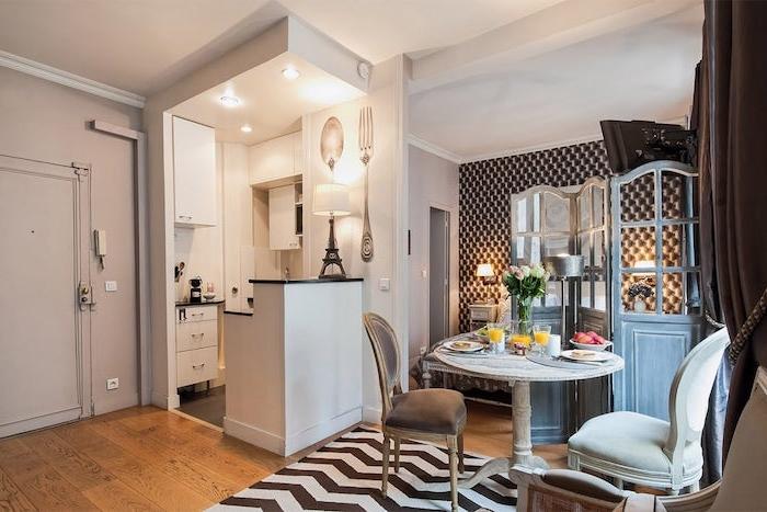 kitchenette studion en l avec petite salle à manger en meubles rustiques paravent bois brut avec des miroirs tapis zèbre papier pein effet capitonné