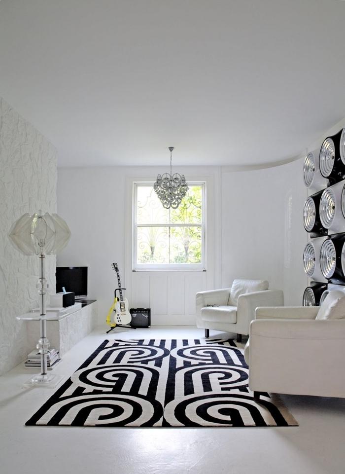 lampe sur pied cristal revêtement mural panneaux blancs salon noir et blanc meubles canapé blanc tapis blanc et noir