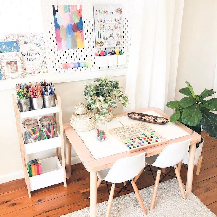 le coin art dans la chambre des jouets idée déco salle de jeux meuble de rangement jouet simplicité