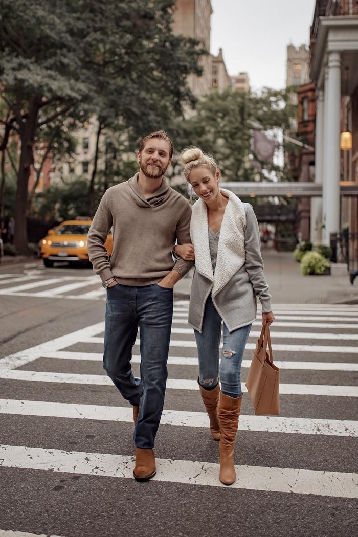 look automne 2020 jeans déchirés femme slim pantalon denim blouse grise gilet sac à main beige bottes genoux camel