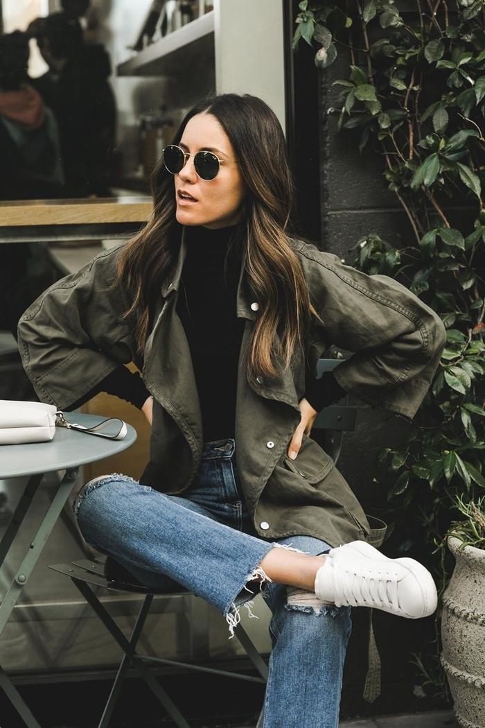 look automne 2020 lunettes soleil retro chic jeans déchirés taille haute pull noir veste kaki baskets blanches femme